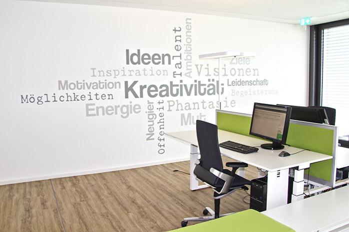 motivierendes Wandtattoo im Büro von Designscape