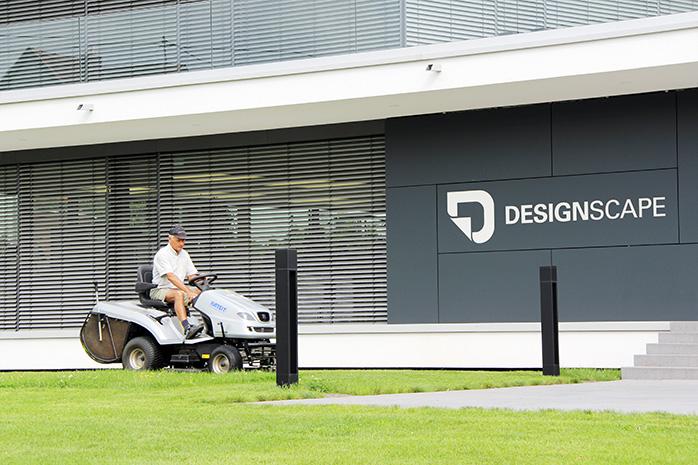 Rasentraktor bei der Pflege der Außenanlage von Designscape
