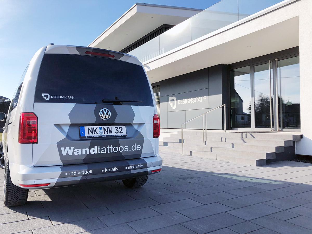 VW Caddy Maxi mit Werbebeschriftung